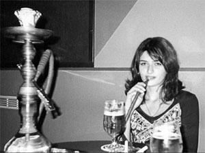 Рис. 8.14. Гендерные различия, в отличие от половых, меняются со временем и зависят от местной культуры. Например, в Санкт-Петербурге в начале третьего тысячелетия не шокирует женщина, которая в общественном месте пьет пиво и курит кальян.