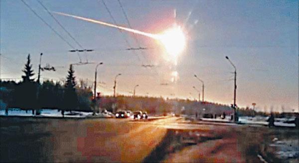Астероид массой 13 тысяч тонн взрывается на высоте 20 километров над Челябинском. Видеокадр Александра Иванова