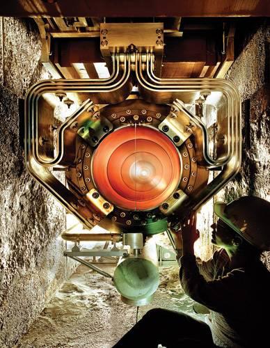 Эксперимент Minos (Main Injector Neutrino Oscillation Search) предназначен для наблюдения нейтринных осцилляций. По разнице в количестве зарегистрированных мюонных нейтрино с двух детекторов (один в Fermilab, второй— в 720км от него, вМиннесоте) можно будет сделать вывод о наличии осцилляций. Изображение: «Популярная механика»