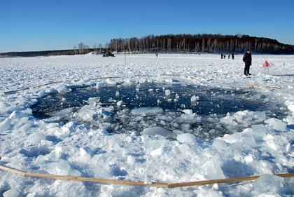Ударная волна, возникающая при разрушении метеорита, способна принести куда больше бед, чем падение крупного обломка. На фото— отверстие во льду озера Чебаркуль, предположительно пробитое куском челябинского метеорита