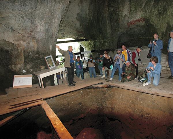 Участники международного симпозиума по древнейшей археологии Алтая (2005г.)