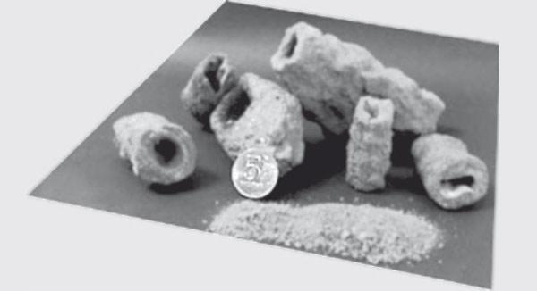 Рис. 4. Фульгуриты, найденные автором статьи в районе Крылатское (Москва); для масштаба на том же фото показана пятирублевая монета. Изображение: «Квант»