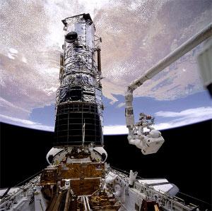 Первый ремонт «Хаббла» в декабре 1993года. Астронавты Стори Масгрейв (Story Musgrave, на манипуляторе), Джефри Хоффман (Jeffrey Hoffman, в грузовом отсеке) и другие члены команды шаттла устраняют недостатки главного зеркала (фото ©NASA с сайта hubblesite.org)