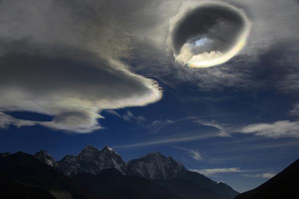 Иризация на краях линзовидных (лентикулярных) высоко-кучевых облаков. Фото О. Бартунова. Гималаи, 4 января 2013 года