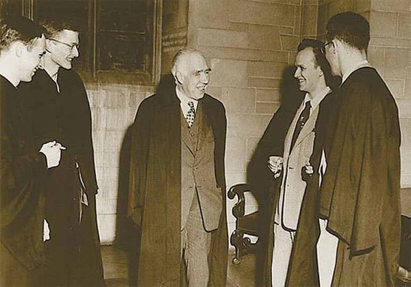 Чарльз Мизнер, Хейл Троттер, Нильс Бор, Хью Эверетт и Дэвид Харрисон. Встреча в Принстонском университете, 1954год. Изображение «Наука и жизнь»