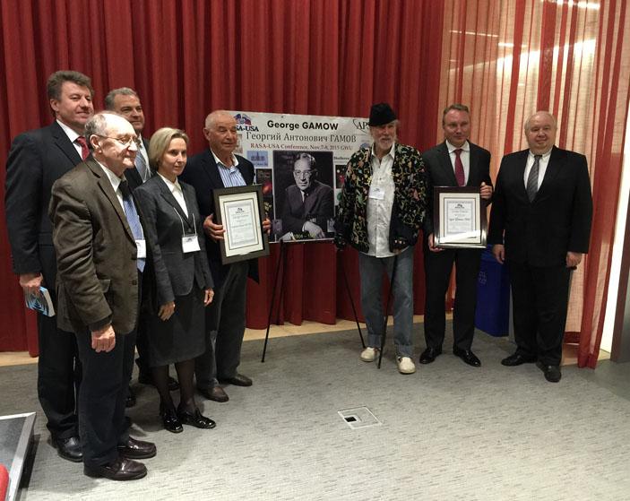 На первом вручении премии в 2015 году. Третий справа — И. Гамов («Троицкий вариант» №6, 2019)