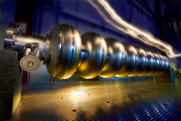 Сверхпроводящий вакуумный ускорительный резонатор из ниобия TESLA. Фото: Fermilab с сайта www.interactions.org