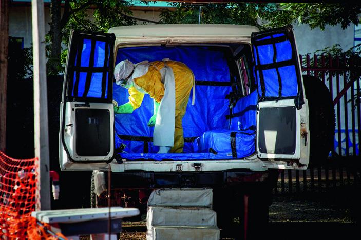 Человек в защитном костюме в микроавтобусе («Популярная механика» №11, 2019)