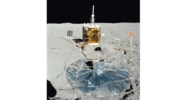 Оборудование для проведения измерений на поверхности Луны, использовавшееся в миссии «Аполлон-16» (1972). Применение сейсмографов (регистрирующих колебания почвы) для исследования планет предложено в 60-е годы ХХвека. Первый из них был установлен на аппарате <i>Ranger</i> 3 (США) в 1962году и предназначался для исследования Луны, нотак и небыл доставлен на планету из-за проблемы c ракетоносителем. Сейсмические исследования позволили предварительно рассчитать, что жидкое ядро Луны радиусом 330±20км имеет твёрдую сердцевину радиусом 240±10км, содержащую большое количество железа. Кроме того, часть лунной мантии протяжённостью около 480км на границе с ядром находится в частично расплавленном состоянии. Помимо железа в ядре Луны содержится несколько процентов таких лёгких элементов, как сера, что перекликается с новыми сейсмическими данными о строении Земли. Фото НАСА.