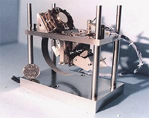 Сейсмометр OPTIMISM, созданный для миссии «Марс-96». Размеры 9х9х9см, масса 405г, возможность измерения до 10–8мс–2 при 1Гц. Разработан группой учёных парижского Института физики Земли. Изображение: «Наука и жизнь»