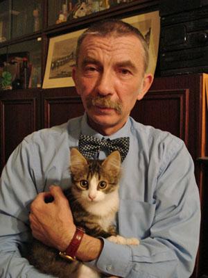 Александр Мещеряков с четырехмесячной кошкой Нюшей («Троицкий вариант» №24, 2020)