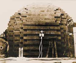Из графитовых брикетов складывали купол, внутрь которого помещали источник нейтронов, и датчиками фиксировали поток, дошедший до поверхности (изображение: «Наука и жизнь»)