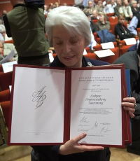 Президент Фонда Наталья Дмитриевна Солженицына держит в руках диплом о награждении Солженицынской премией А.А.Зализняка (фото ©Алексея Касьяна)