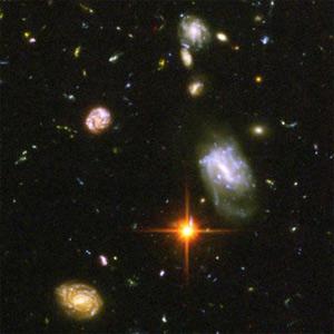 Далекие галактики, в миллиарды раз более слабые, чем может увидеть невооруженный глаз, разбросаны на сверхглубоких снимках «Хаббла». Фото ©NASA, ESA, S.Beckwith (STScI) and the HUDF Team с сайта hubblesite.org