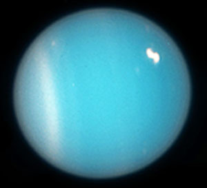 Уран. Виден белый пояс облаков и яркое облачко в другом полушарии («Квантик» №9 и №10, 2017)