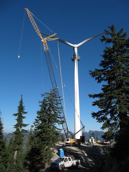 Высота некоторых ветрогенераторов достигает сотен метров. На фото: установка одной из турбин ветропарка Медвежья Гора (Bear Mountain) в провинции Британская Колумбия в Канаде. Одна такая ветроустановка обеспечивает электроэнергией 300домохозяйств.