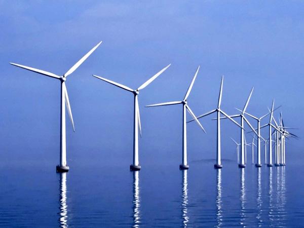 Оффшорный ветропарк в Дании близ Копенгагена. Размещение ветрогенераторов в море — неплохое решение проблемы нехватки площадей для строительства мощных ветроэлектростанций. Кроме того, благодаря морскому бризу ветряки работают 97% времени.