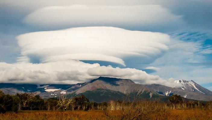Лентикулярное облако над Авачинским вулканом
