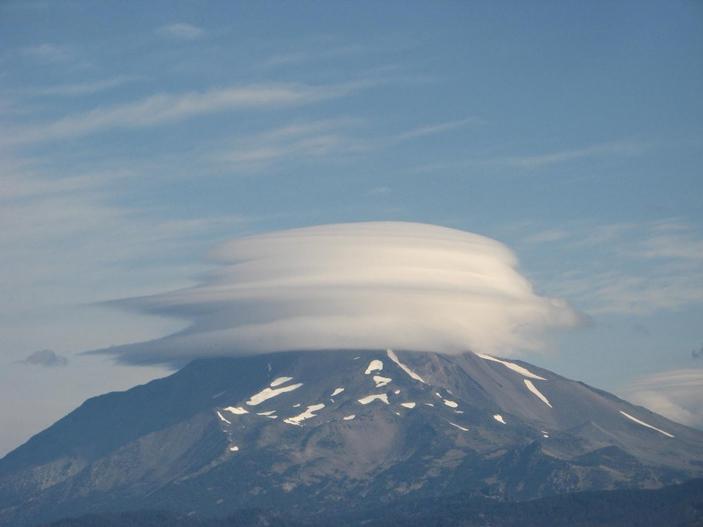 Лентикулярное облако над горой Джефферсон (США, штат Орегон)