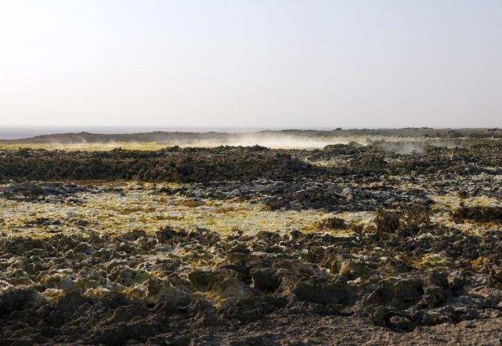 Выделения сернистых газов над куполом вулкана Даллол