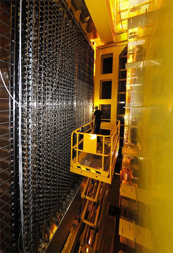 Рис.5. Задняя часть адронного калориметра выглядит настоящей стеной электроники. Фото с сайта lhcb-public.web.cern.ch