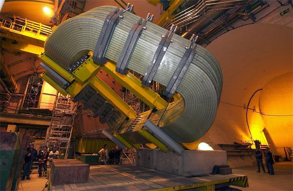 Рис.4. Установка одной из половинок магнита детектора LHCb. Фото с сайта lhcb-public.web.cern.ch