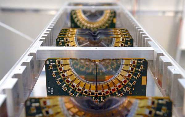 Рис.3. Несколько пластин вершинного детектора VELO вместе с front-end электроникой. Фото с сайта lhcb-public.web.cern.ch