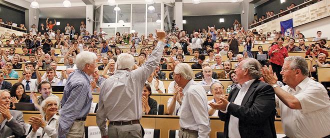 Рис.1. Физики, собравшиеся на специальном семинаре в ЦЕРНе, аплодисментами встречают сообщение об открытии хиггсовского бозона. Кто знает, куда это открытие физиков заведет