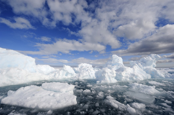 Арктический лед становится все менее прочным и легко разрушается при небольших летних штормах