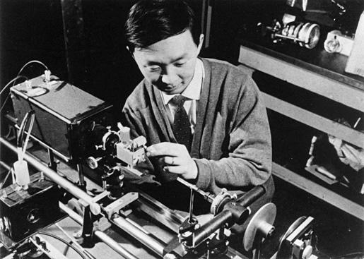 Рис.2. 1960-е годы: Чарльз Као проводит опыты с оптоволокнами (изображение с сайта nobelprize.org)