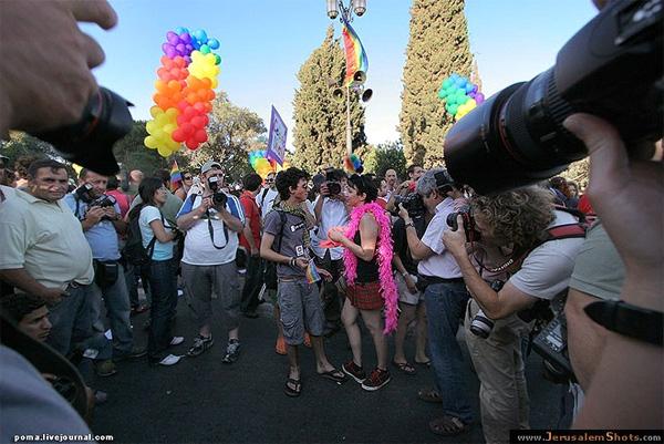 Демонстрация геев и лесбиянок в Иерусалиме в 2007году: водних странах такие явления считаются допустимой нормой, а в каких-то общество смотрит на нестандартную ориентацию и демонстрации с нескрываемым осуждением. Фото с сайта <a href=
