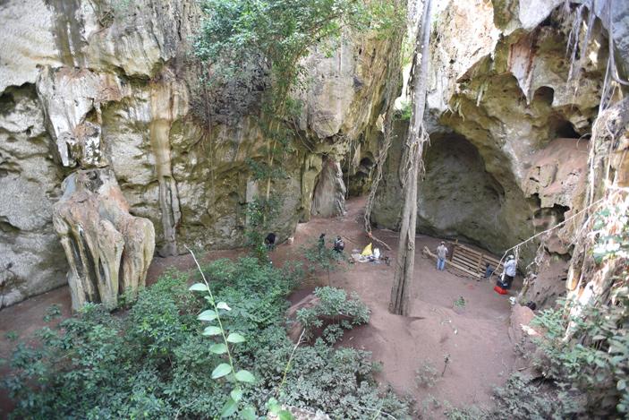 Рис. 1. Пещера Панга-я-Саиди: вид на место раскопок с соседней скалы