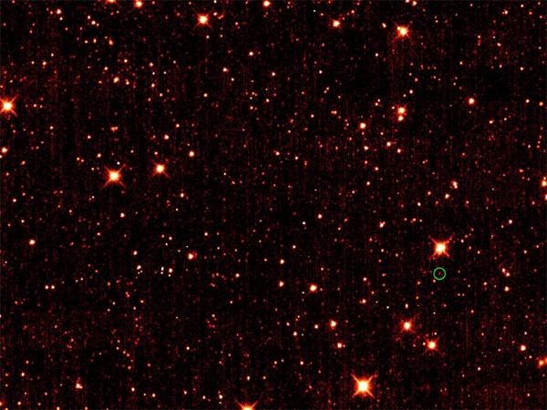 Рис.1. Астероид 2010TK7 (обведен зеленым кружочком), первый земной «троянец». Другие точки— это по большей части звезды и галактики далеко за пределами нашей Солнечной системы. Фото сделано орбитальным инфракрасным телескопом WISE (NASA) на длине волны 4,6мкм в октябре 2010года. Изображение ©NASA/JPL-Caltech/UCLA с сайта www.nasa.gov