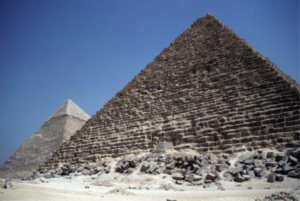 Пирамиды Менкаура (Микерина) и Хафра (Хефрена) в Гизе, сложенные из известковых блоков; в основании пирамиды Менкаура (на переднем плане) лежат глыбы гранита и гранодиорита, доставленные из района Асуана
