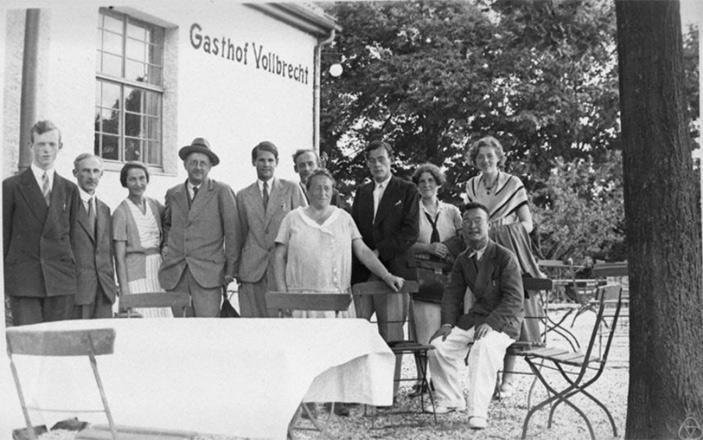 Эмми Нётер с коллегами и друзьями в 1933 году