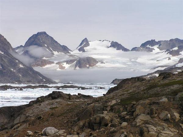 Ледники Гренландии тают. Происходит это прежде всего вприбрежной, низменной части острова. (Фото ©Arne Uusjarv с сайта www.trekearth.com)