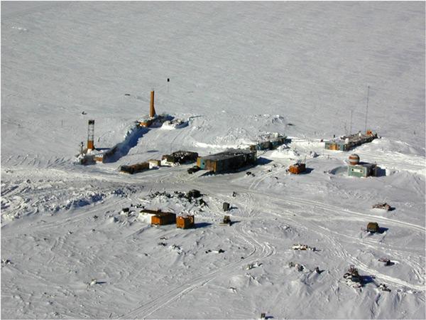 Станция Восток представляет собой несколько строений на южном магнитном полюсе