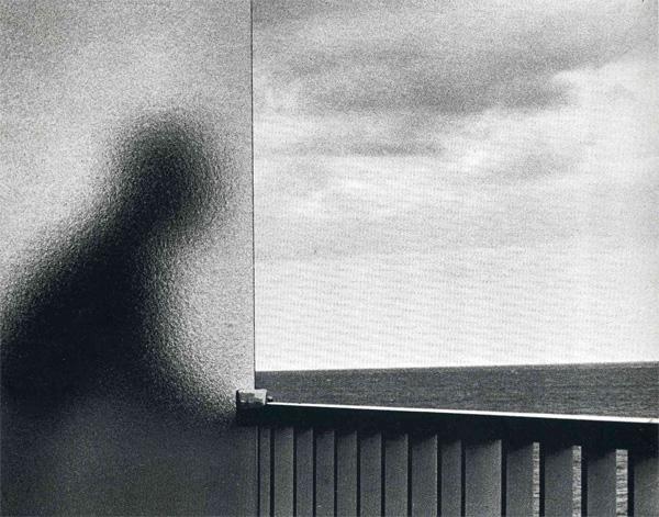Одиночество многие люди переживают как крайне неприятное состояние, и для женщин оно всреднем более болезненно, чем для мужчин. Ученые считают, что одиночество, подобно чувству боли или голода, было приспособительной реакцией, способствовавшей формированию социальности у человека. Андре Кертес (André Kertész), LaMartinique, 1972. Фото с сайта <a href=