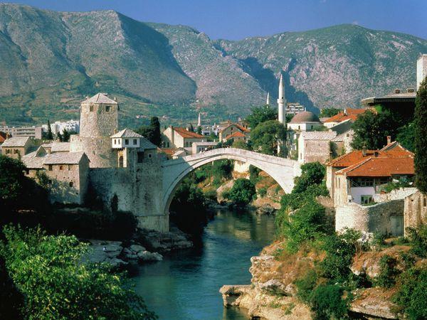 Знаменитый мост, построенный в середине XVIвека в городе Мостар, вошел всписок наследия ЮНЕСКО. Вовремя Боснийской войны в 1993году мост был взорван, его восстановление в 2004году стало символом примирения страны. Фото с сайта www.turinfo.ru