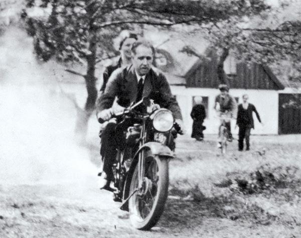 Нильс Бор с женой Маргарет, 30-е годы. Фото из статьи Джона Хейлброна «The path to the quantum atom» в последнем выпуске журнала Nature, посвященном юбилею