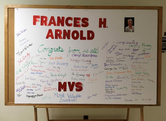 Доска с поздравлениями Фрэнсис Арнольд от коллег на факультете химии и химической технологии Калифорнийского технологического института