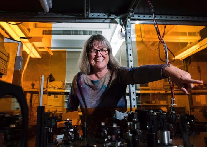 Донна Стрикленд в своей лаборатории