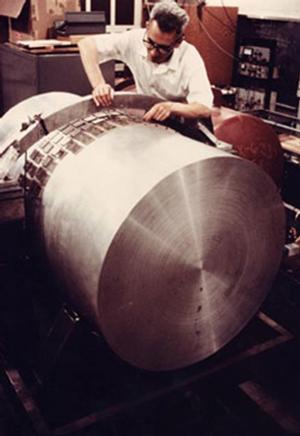 Рис. 4. Джозеф Вебер настраивает свой детектор гравитационных волн