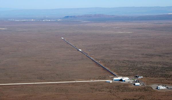 Рис. 6. Гравитационно-волновой детектор в Ханфорде — один из двух детекторов обсерватории LIGO