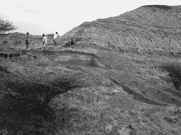 Место находки скелета ОмоI. Фото 1967года из статьи Fleagle etal.