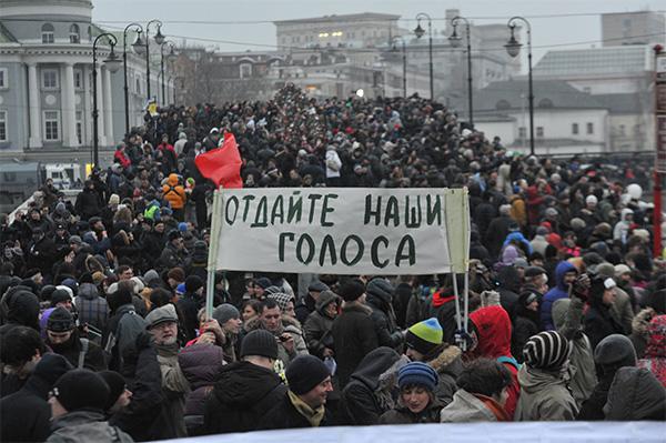 Недовольство массовыми нарушениями на выборах в Госдуму вывело москвичей на улицы. На фото: митинг «За честные выборы» на Болотной площади, Москва, 10декабря 2011года