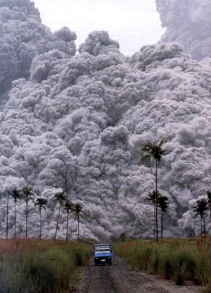 Мощнейшее извержение филиппинского вулкана Пинатубо в июне 1991года, с одной стороны, ослабило поток ультрафиолетового излучения, чем способствовало накоплению метана. С другой— повлекло заметное похолодание в Северном полушарии, способствовавшее ослаблению эмиссии метана из болот. В сумме с третьим фактором— сокращением антропогенной эмиссии метана из-за резкого спада в экономике бывшегоСССР— это привело к существенному уменьшению поступления метана в атмосферу в тот период. Фото с сайта gelz.net