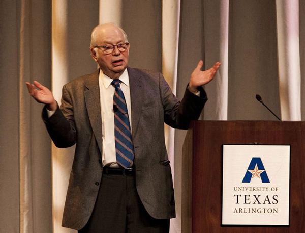 """Стивен Вайнберг читает публичную лекцию """"The Standard Model, Higgs Boson: Who Cares?"""" вТехасском университете в Арлингтоне. Октябрь 2012года"""
