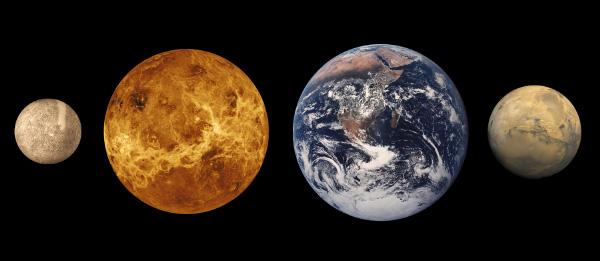 Из планет земной группы (слева направо: Меркурий, Венера, Земля, Марс) кроме Меркурия собственной магнитосферой обладает только геологически активная Земля (изображение с сайта physicsweb.org)