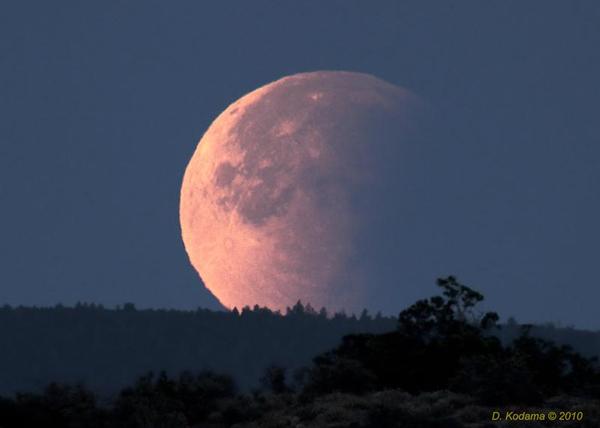 Затмение Луны у горизонта.
